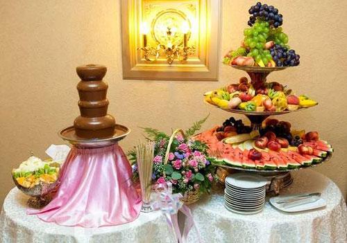 Шоколадные фонтаны – непременный атрибут праздника