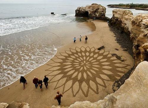 Рисунки трех художников по песку